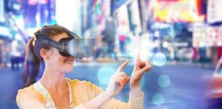 使用一个虚拟现实设备的妇女的综合图象 库存图片
