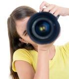 使用一台专业照相机的女孩隔绝在白色 库存图片