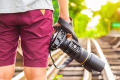 使用一台专业DSLR照相机的泰国摄影师或旅行家 免版税库存图片