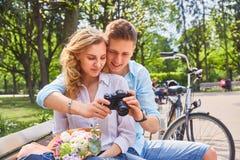 使用一台紧凑SLR照片照相机的一对夫妇 库存图片