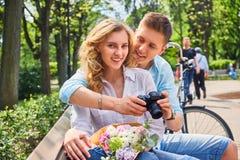 使用一台紧凑SLR照片照相机的一对夫妇 免版税库存照片