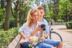 使用一台紧凑SLR照片照相机的一对夫妇 库存照片