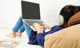 使用一台膝上型计算机的孩子在家 路由器无线宽频家庭便携式计算机电话wifi概念 免版税库存照片