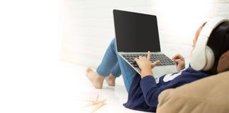 使用一台膝上型计算机的孩子在家 路由器无线宽频家庭便携式计算机电话wifi概念 免版税图库摄影