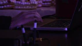 使用一台膝上型计算机的男性手在蛋糕背景 股票录像