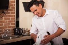 使用一块热的毛巾的理发师 库存照片