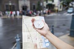 使用一张指南针和地图旅客的在小樽日本 图库摄影