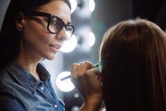 使用一支化妆铅笔的宜人的好化妆师 免版税库存照片