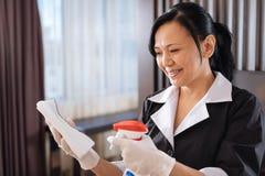 使用一朵洗涤的浪花的宜人的高兴旅馆佣人 免版税库存图片