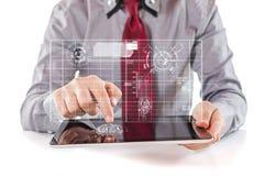使用一种数字式个人计算机片剂的年轻商人 免版税库存照片