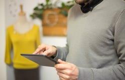 使用一种数字式片剂的人在商店 免版税库存照片