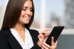 使用一种数字式片剂的女实业家 免版税库存图片