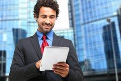 使用一种数字式片剂的生意人 免版税库存照片