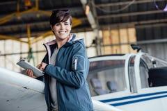 使用一种数字式片剂的飞行员 免版税库存照片