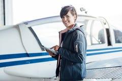 使用一种数字式片剂的飞行员 免版税库存图片