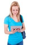 使用一种有触觉的片剂的年轻白种人学生女孩 免版税库存照片