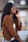 使用一移动pho的新黑人十几岁的女孩 免版税库存照片