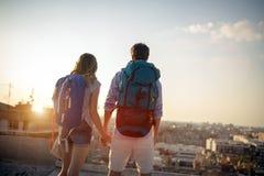 使用一起地图的不同种族的旅客夫妇在好日子 免版税库存图片