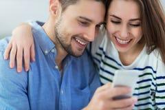 使用一起手机的夫妇 免版税图库摄影