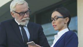 使用一起智能手机的商务伙伴,遥远地解决公司问题 股票视频