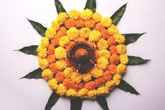 使用万寿菊的印度节日装饰花rangoli和芒果生叶 免版税库存图片
