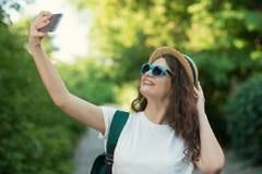 使用上智能手机的照相机selfie或射击街道 图库摄影