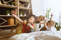 使用不同的小配件的小男孩在家 图库摄影