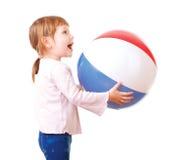 使用与一个五颜六色的海滩球的可爱的婴孩 免版税库存照片