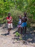 使用与一个变色蜥蜴的马达加斯加人的孩子在马达加斯加,非洲 免版税图库摄影