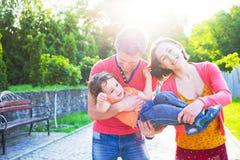 使用与一个小孩子的年轻家庭 免版税库存图片