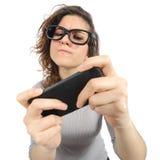 使用与一个巧妙的电话的怪杰妇女 免版税库存照片