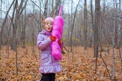 使用与一个桃红色电话的一个小女孩 库存图片