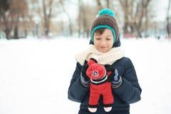 使用与一个玩具的英俊的男孩在公园在的冬天 库存照片