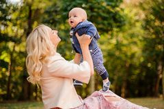 使用与一个逗人喜爱的小儿子的白肤金发的母亲 库存图片