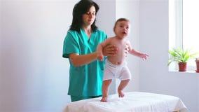 使用与一个婴孩的护士在医院 股票录像