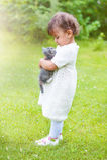 使用与一只猫的情感小女孩在公园 免版税库存照片