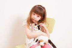 使用与一只白色小猫的孩子 免版税库存图片