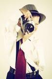 使用与一台老照相机的年轻男孩是摄影师 免版税库存照片