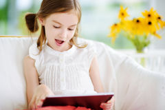 使用与一种数字式片剂的可爱的小女孩 库存照片