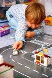 使用与乐高的孩子在他的屋子里 免版税库存图片