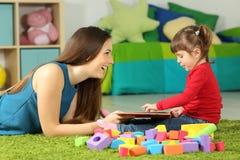 使用与书的妈妈和小孩 免版税图库摄影