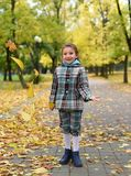 使用与五颜六色的叶子的一个小女孩的秋天照片在公园 免版税图库摄影