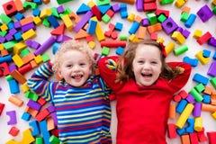 使用与五颜六色的块的孩子 免版税库存照片