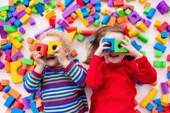 使用与五颜六色的块的孩子 免版税图库摄影
