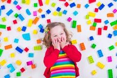 使用与五颜六色的块的小女孩 库存图片