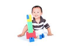 使用与五颜六色的块的婴孩 免版税库存照片