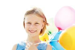 使用与五颜六色的气球的愉快的孩子 免版税图库摄影