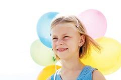 使用与五颜六色的气球的愉快的孩子 免版税库存图片