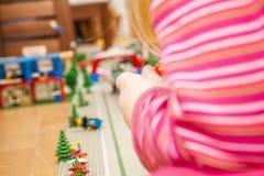 使用与五颜六色的玩具块的学龄前儿童女孩 免版税库存照片