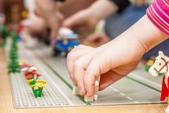 使用与五颜六色的玩具块的学龄前儿童女孩 免版税库存图片